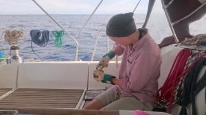 Carolina plattar till konservburkar så de ska ta mindre plats i soporna